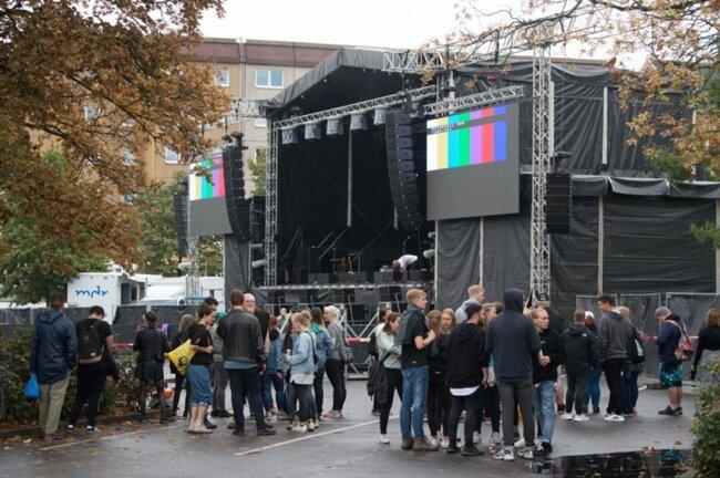 <p>Die ersten Besucher warteten am frühen Nachmittag auf dem Parkplatz an der Johanniskirche hinter einer Absperrung vor der Bühne auf den Beginn des Konzerts.</p>
