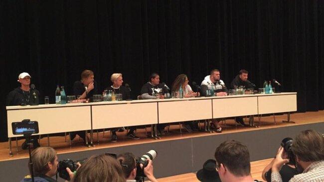 <p>Von links: Trettmann, Campino, Felix von Kraftklub, Rola Saleh (AG In- und Ausländer e.V. in Chemnitz, lebt seit 17 Jahren in Chemnitz), Monchi von Feine Sahne, Marteria.</p>