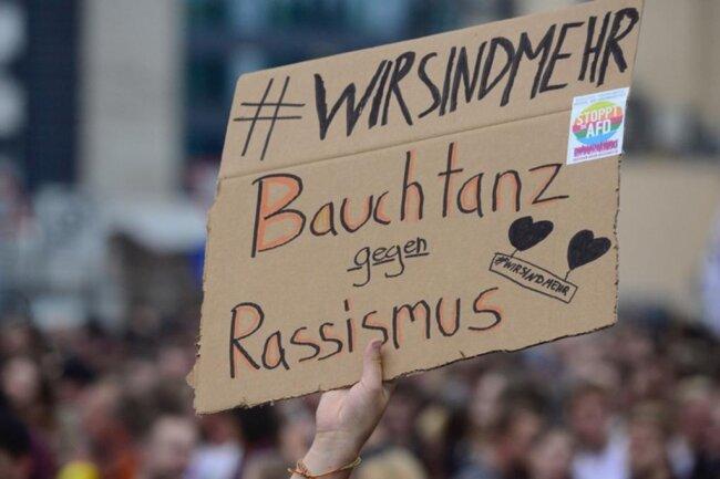 """<p>Viele Plakate waren zu sehen. Eine Auswahl der Slogans: """"Hass ist krass - Liebe ist krasser"""" """"Nazis sind Scheiße"""" ...</p>"""