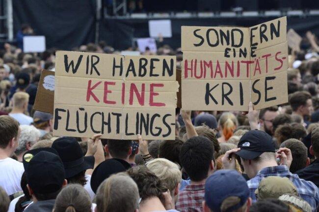 """<p>Rola Saleh aus Chemnitz von Jugendliche ohne Grenzen sagte auf der Bühne: """"Ich wünsche, dass jeden Tag Solidarität ist so wie heute - nicht nur in Chemnitz, sondern bundesweit.""""</p>"""