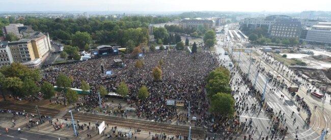 <p>Es sammelten Tausende auf dem Konzertgelände.</p>