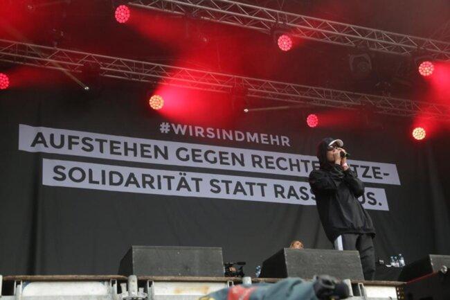 """<p>Der Chemnitzer Hiphop-Sänger Trettmann erinnerte auf der Bühne an seine Jugend im Heckertgebiet: """"Liebe ist immer stärker als Hass!""""</p>"""