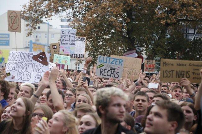 """<p>Das Konzert startete Trettmann mit """"Grauer Beton"""". Trettmann sagte: """"Ich seh Menschen bis zum Horizont."""" Die erhofften über 20.000 dürften da sein.</p>"""