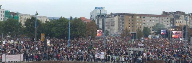 <p>Der Zustrom von Fans hielt auch zwei Stunden nach Beginn an.</p>