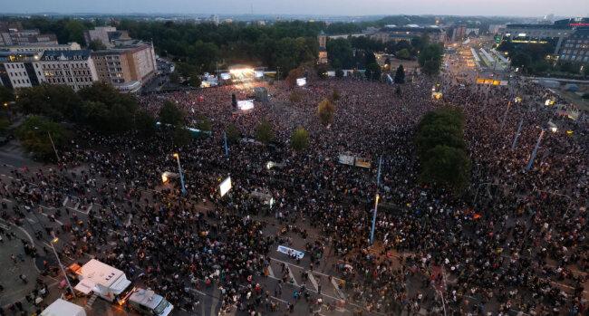 <p>Die Stadt Chemnitz gab am Abend eine neue Schätzung heraus: 65.000 Besucher waren beim Konzert.</p>