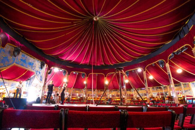 <p>Am Donnerstagabend erwartet die Besucher im historischen Zirkuszelt auf dem Marktplatz zauberhafte Akrobatik und barocke Musik.</p>