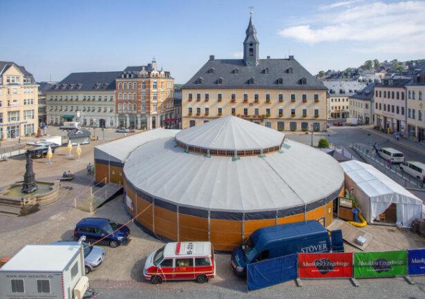 <p>Das Zelt von außen auf dem Annaberger Marktplatz.</p>