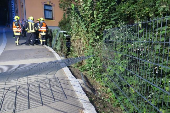 <p>Die Auer Straße war kurzzeitig gesperrt. Später wurde der Verkehr halbseitig an der Unfallstelle vorbeigeführt.</p>