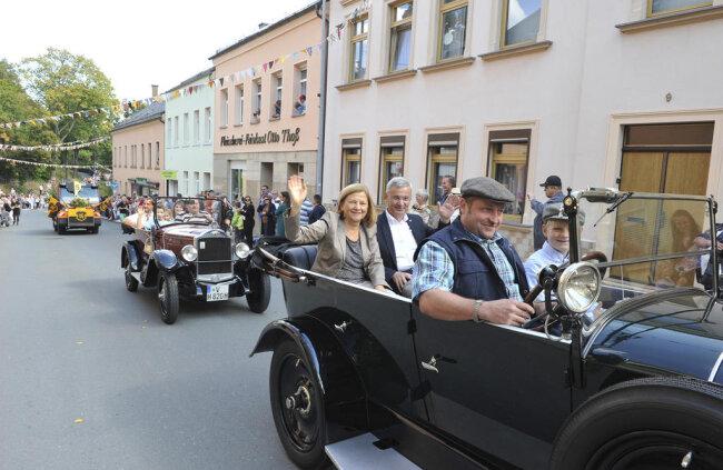 <p>An der Spitze des Umzuges fuhren Landrat Rolf Keil und Bürgermeister Rico Schmidt mit ihren Gattinnen.</p>