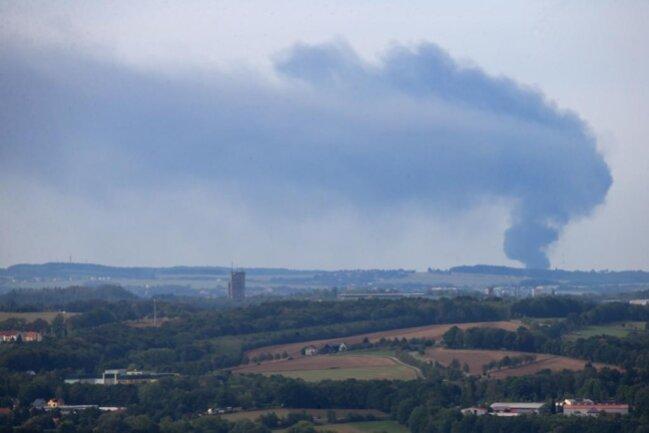 <p>Nach einer Drehung des Windes driftet der aufsteigende schwarze Rauch nun in Richtung der Stadt Reichenbach.</p>