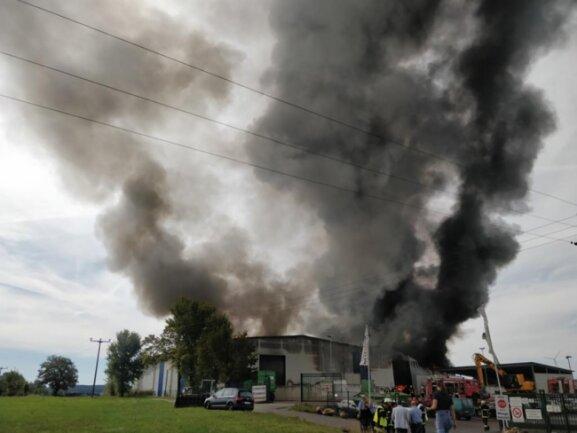 <p>Nach Angaben des Rettungszweckverbandes Südwestsachsen brennt eine Halle mit so genanntem Ersatzbrennstoff auf dem Gelände der kreiseigenen Müllfirma Glitzner.</p>