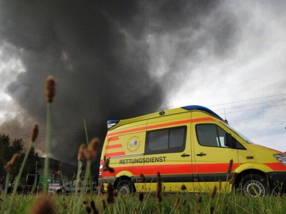 <p>Mehrere Personen wurden mit Verdacht auf Rauchgasvergiftung ins Krankenhaus gebracht, sagte ein Sprecher des Rettungszweckverbandes.</p>