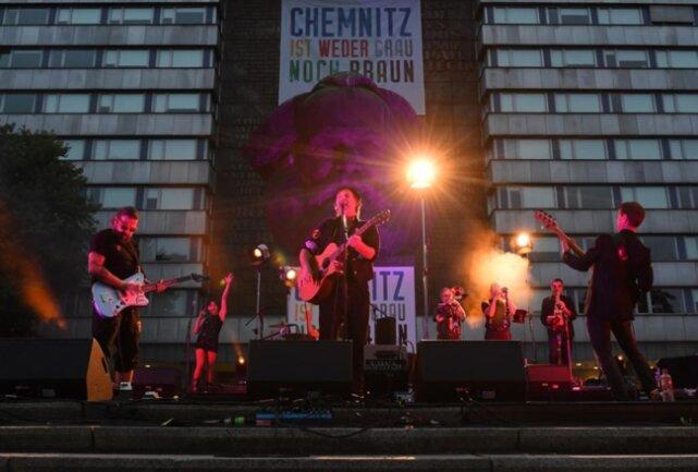<p>Dirk Zöllner und Band spielten am Montagabend als Top Act vor dem Karl-Marx-Monument im Chemnitzer Zentrum unter dem Motto «#wirsindmehr».</p>