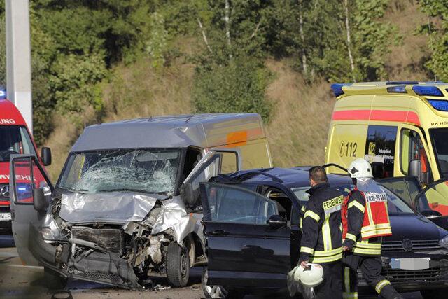 <p>Er fuhr gegen die Leitplanke und kippte um. Der 61 Jahre alte Fahrer blieb unverletzt.</p>
