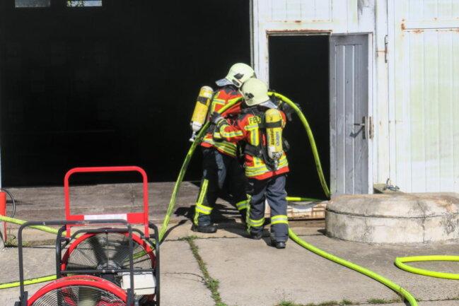 <p>Die Feuerwehren aus Schneeberg, Aue, Bad Schlema und Zschorlau bekämpften die Flammen mit mehreren Angriffstrupps.</p>