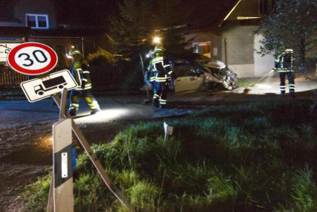 <p>Durch die Wucht des Aufpralls wurden drei Insassen des Wagens im Alter von 51, 46 und 21 Jahren verletzt.</p>