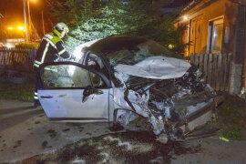 <p>Bei einer Alkoholfahrt auf der Jahnsdorfer Straße in Leukersdorf sind in der Nacht zu Sonntag drei Personen verletzt worden und ein Sachschaden von rund 20.000 Euro enstanden.</p>