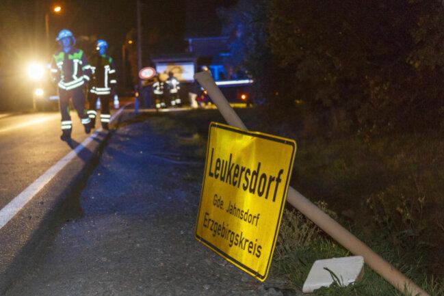<p>Wie die Polizei mitteilte, kam der Citroen eines 19-Jährigen in einer Linkskurve von der Fahrbahn ab, stieß gegen das Ortseingangsschild, ein weiteres Verkehrszeichen, ...</p>