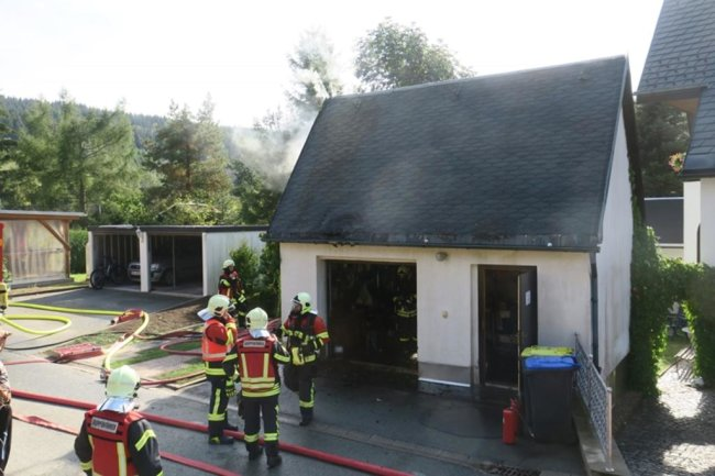 <p>Gegen 14.30 Uhr wurden Wehren aus Sosa, Eibenstock, Aue, Bockau, Carlsfeld und Wildenthal zur Rotgrubener Straße gerufen.</p>