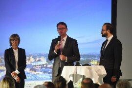 """<p><span class=""""img-info"""">Barbara Ludwig (SPD), Oberbürgermeisterin von Chemnitz, Roland Wöller (CDU), Innenminister von Sachsen, und Sebastian Gemkow (CDU, rechts), Justizminister von Sachsen, auf dem Podium </span></p>"""