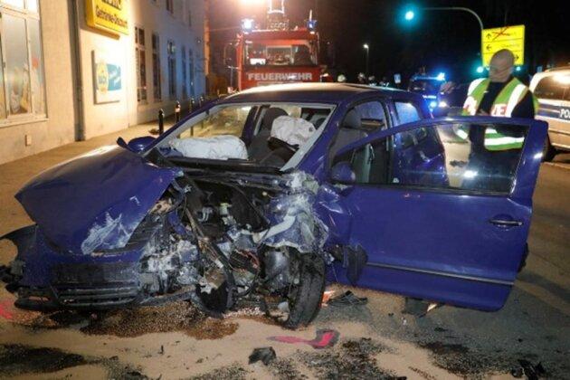 <p>Nach Polizeiangaben war der VW gegen 03.00 Uhr auf der Hauptstraße unterwegs.</p>