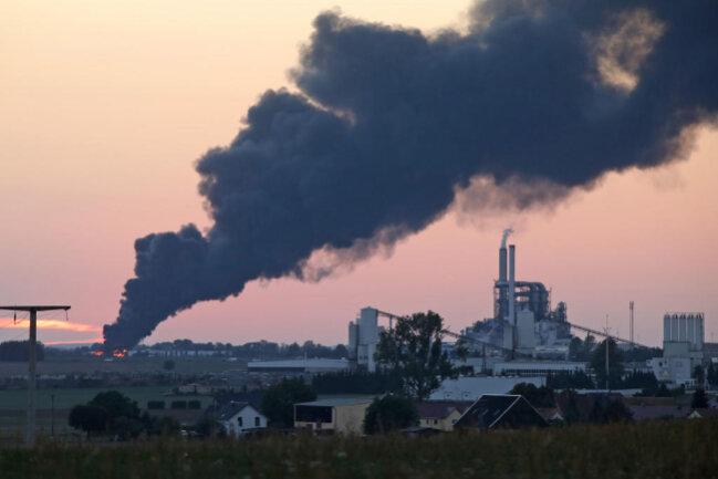 <p>Der MDR berichtete zuvor über etwa 125 brennende Ballen Altpapier - auf Fotos war eine riesige dunkle Rauchsäule über dem Gebäude zu sehen.</p>
