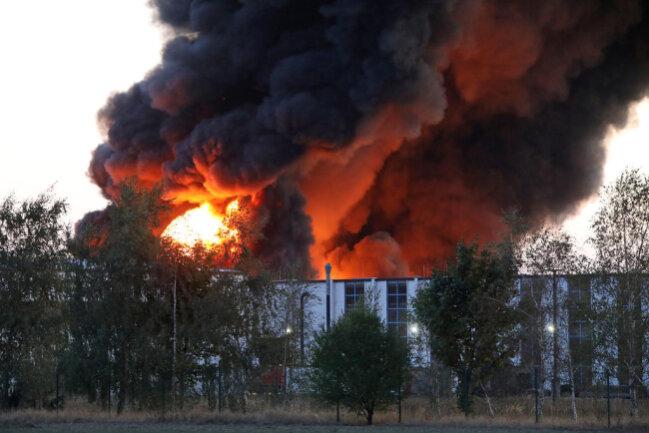 <p>Anwohner sollten vorsorglich Fenster und Türen geschlossen halten, erklärte die Polizei am Mittwochmorgen. Es war noch unklar, ob bei dem Feuer Giftstoffe freigesetzt wurden.</p>