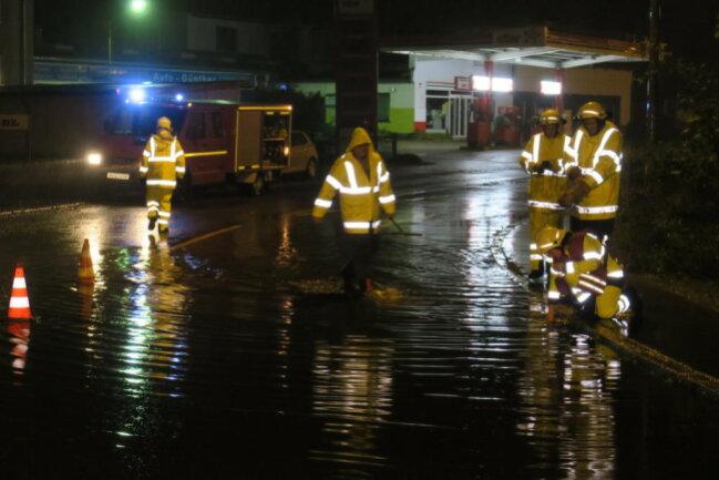 <p>Überflutung der B169 in Schneeberg.</p>