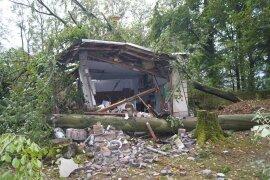 <p>Mehrere umstürzende Bäume besiegelten das Schicksal dieser Garage in Kirchberg.</p>
