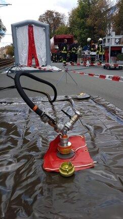 <p>Mit diesem Gerät pumpten die Einsatzkräfte Wasser in das Duschzelt im Hintergrund.</p>