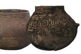 <p>Keramikgefäße aus der Jungsteinzeit aus Böhmen (links) und Sachsen. Sie entstanden in der Zeit um 5000 v. u. Z.</p>