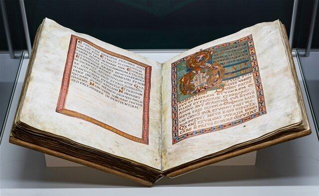 <p>Der Heilige Wenzel war einer der ersten christlichen Fürsten der Dynastie der Premysliden in Böhmen. Diese Kopie einerBilderhandschrift aus der Zeit um 1085 zeigt die Initiale D mit einer Darstellung des Heiligen Wenzel von Böhmen.</p>