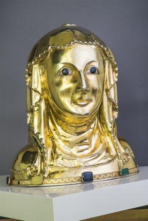 <p>Die erste namentlich bekannte Person der sächsisch-böhmischen Beziehungsgeschichte ist Ludmilla (ca. 860-920). Sie war die Tochter des slawischen Fürsten Slavidor, dessen Herrschaftsgebietin der Oberlausitz lag. Gemeinsam mit ihrem<br /> Mann – dem böhmischen Fürsten Borivoj – trat sie zum Christentum über. Die Großmutter des heiligen Wenzel ist die älteste Landesheilige Böhmens. Die Darstellung stammt aus der Zeit um 1300.</p>