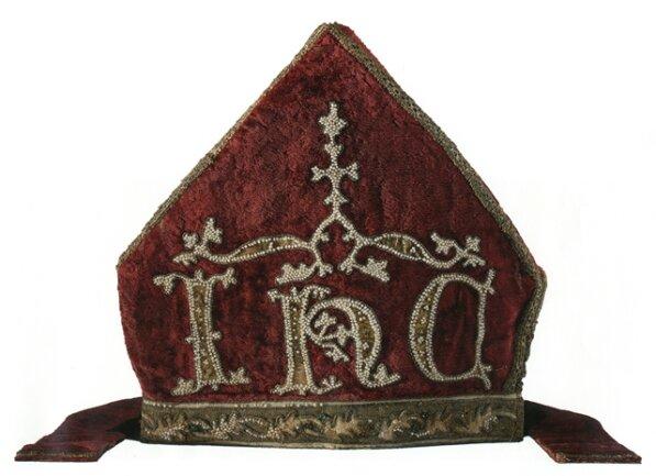 <p>Eine Gruppe von Prager Geistlichen floh 1419 vor den Hussiten ins katholische Zittau und nahm die kostbarsten Reliquien des Domschatzes von St. Veit mit. Dazu gehörte auch diese Mitra des Heiligen Adalbert. 1437 wurde der Schatz unversehrt nach Prag zurückgebracht.</p>