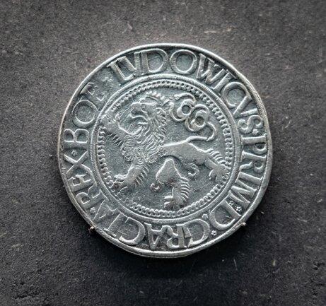 <p>In der böhmischen Bergbaustadt Joachimsthal stellte man ab 1518 große, schwere Silbermünzen her. Diese als (Joachims-)Taler bekannten Münzen geben der ganzen Münzsorte einen Namen. Auch die amerikanische Währung Dollar geht darauf zurück. Das Exemplar hier stammt aus dem Jahr 1525.</p>