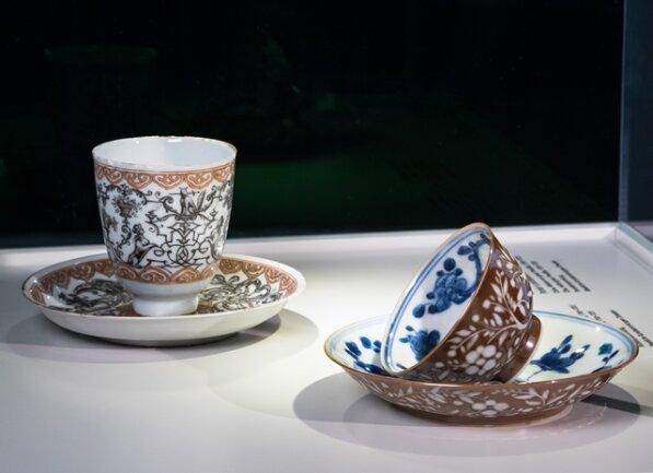 <p>Bevor 1708 in Meißen das europäische Porzellan erfunden wurde, sammelte der böhmische wie der sächsische Adel ostasiatisches Porzellan. In Böhmen etablieren sich nach 1708 eigene Veredlungswerkstätten. Hier chinesisches Porzellan mit einerMalerei von Ignaz Preußler aus der Zeit von 1700 bis 1720.</p>