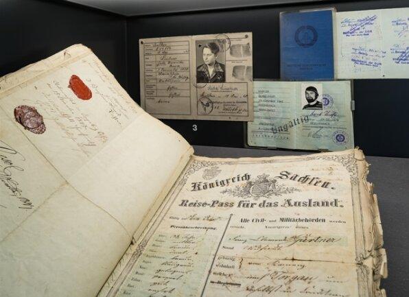 <p>Die Grenze zwischen Sachsen und Böhmen war ab dem 19. Jahrhundert eine Grenze zwischen souveränen Staaten. Die Staatsbürger erhielten Ausweisdokumente.<br /> Das Bild zeigt Reisepässe und Ausweisdokumente aus der Zeit von 1850 bis in die 1990er-Jahre.</p>