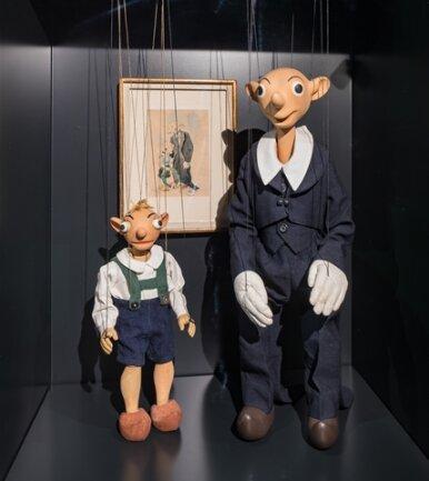"""<p>Am 29. September 1938 wurde die sächsisch-böhmische Grenze nach Osten verschoben und das """"Sudetengebiet"""" ins Deutsche Reich eingegliedert. Wenig später erfolgte der Einmarsch deutscher Truppen. Wer sich der Besatzung widersetzte, wurdeinhaftiert und oftmals ermordet. Auch Josef Skupa leistete mit seinen Marionetten Spejbl und Hurvínek durch Anspielungen und Spott gegen die Nazis Widerstand. Er wird 1944 festgenommen und in Dresden inhaftiert.</p>"""