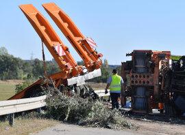 <p>Ein Lastwagenfahrer hatte die Kontrolle über sein Fahrzeug verloren, die Mittelleitplanke durchbrochen und war auf die Gegenfahrbahn geraten.</p>