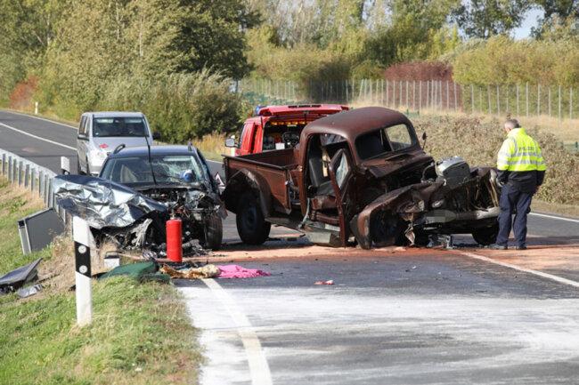 <p>Ein 42-Jähriger war gegen 13.50 Uhr auf der B169 kurz nach Ostrau mit seinem Oldtimer Ford Pickup aus unbekannter Ursache in den Gegenverkehr geraten.</p>