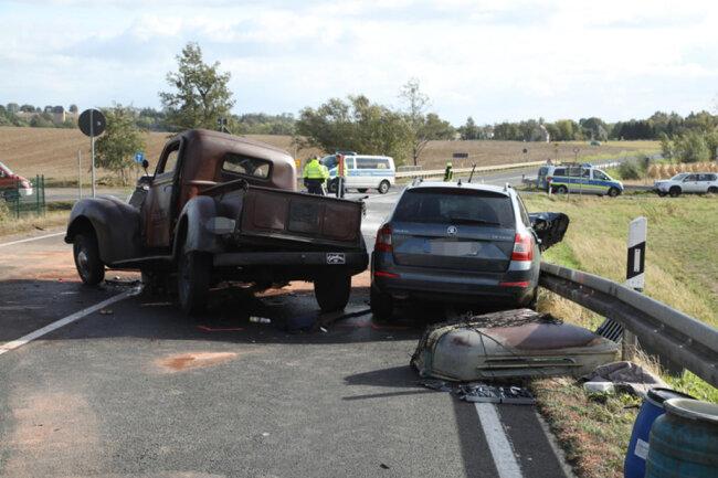 <p>Das Auto kollidierte frontal mit einem Skoda. Eine 78-jährige Insassin im Skoda starb an der Unfallstelle.</p>