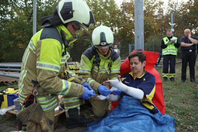 <p>Mehrere Behälter mit Chemikalien fielen um, dabei verletzten sich laut Übungsablauf fünf Menschen.</p>  <p>Zunächst ging es bei dem Training darum, die Verletzten zu bergen.</p>