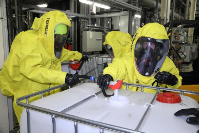 <p>Trupps in Spezialanzügen dichteten die beschädigten Behälter ab und pumpten dann die Chemikalien ab. Zudem wurde ein Reinigungsplatz eingerichtet.</p>
