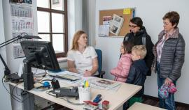 <p>Die verantwortliche Redakteurin Franziska Pester erklart Ellen Zimmermann mit Christoph und Helene und Monika Scheiner (re.), wie die Lokalausgabe entsteht.</p>