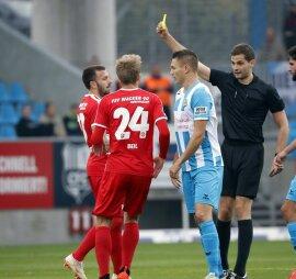 <p>Gelbe Karte von Schiedsrichter Max Burda für Carsten Kammlott (Nordhausen) nach Foulspiel.</p>