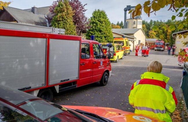 <p>Mehrere Einsatzwagen des Notarztes, Rettungsdienstes und Katastrophenschutzes sowie der Polizei waren neben Feuerwehrautos auf dem Firmengelände zugegen.</p>