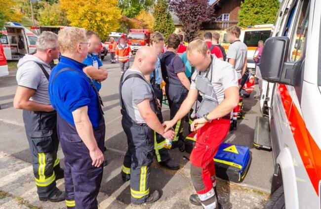<p>Die Feuerwehr wird indes noch länger mit dem Brand zu tun haben.</p>