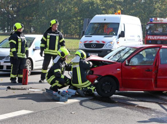 <p>Gegen 11.40 Uhr war am Abzweig Altlußheimring ein VW auf einen am Straßenrand stehenden Laster samt Hänger geprallt.</p>