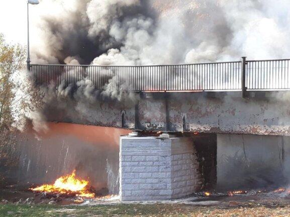 <p>Die Wehren hatten den Brand gut eine Dreiviertelstunde nach Alarmierung unter Kontrolle. Jedoch konnten auch sie nicht verhindern, dass die Brücke zerstört wurde.</p>
