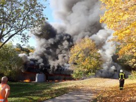 <p>Gegen 15 Uhr waren die Feuerwehren aus Flöha und Falkenau alarmiert worden, nachdem das Bauwerk über die Zschopau im Baumwollpark in Flammen stand.</p>  <p></p>